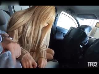 周末见网友直接在车上就玩起了她的无毛嫩逼最后内射