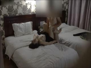 美少妇趁老公不在家酒店赴约情人猛小伙各种体位爆操