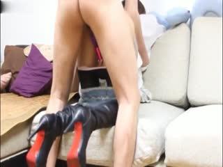高挑小野模沙发撅起屁股脱下短裤直接啪啪